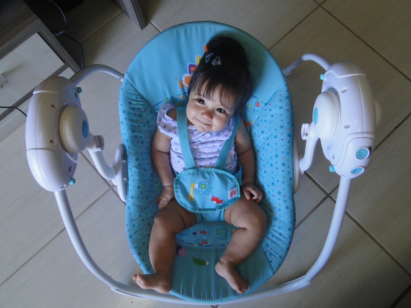 Cadeira de balanço Bright Starts Fun on Safari Selo Mamãe de  #2568A6 1600x1200