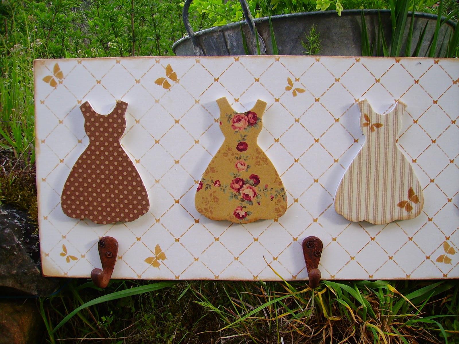 Retazos de madera perchas con vestidos for Perchas para colgar llaves