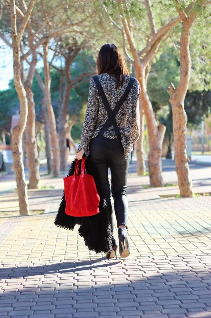 Mono encerado - botines negros - bolso rojo -abrigo Denny Rose