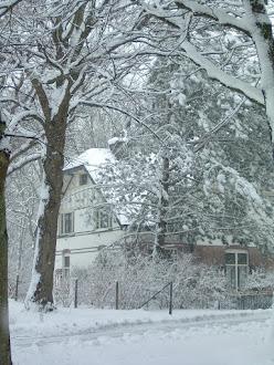 Huis schoonouders in de sneeuw