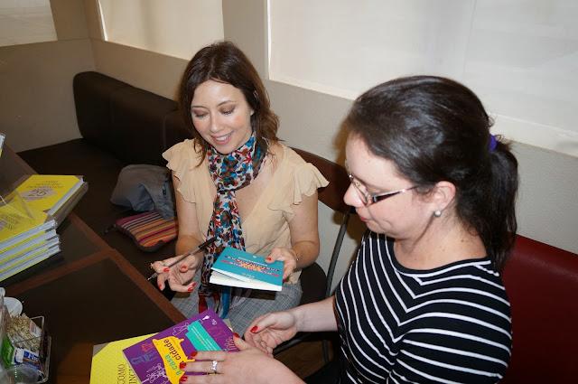 Chris Campos autografando livros para Carina Pedro