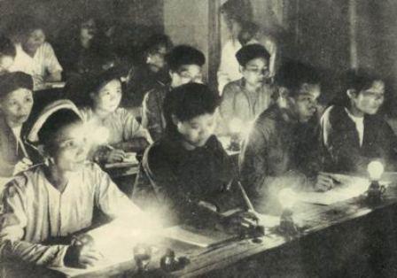 Một lớp bình dân học vụ xóa mù chữ sau khi giành được chính quyền về tay nhân dân năm 1945. (Ảnh: T.L)