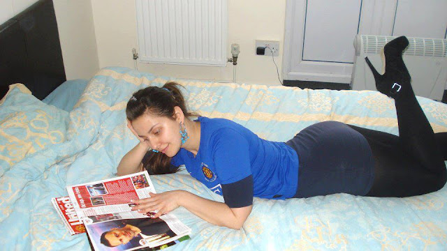 A Manchester United girl is reading about Ryan Giggs