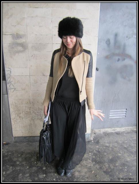 Style de la semaine street style total look Zara, jupe longue en voile noir Zara, veste en cuir bi-colore beige noire Zara, toque fourrure chapka H&M, sac cuir noir à franges H&M, bottines lacées noires