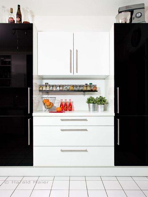 Einbauschrank für eine moderne Küche in weiss Hochglanz