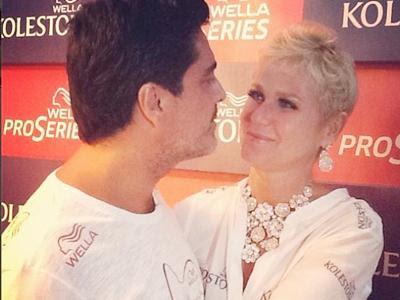 """""""Tô feliz pacas!"""", diz Xuxa ao postar foto com o namorado na Sapucaí"""