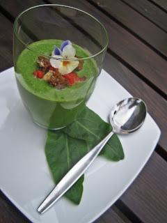 Sauerampfer-Gazpacho mit Paprikapüree und Parmesancroutons
