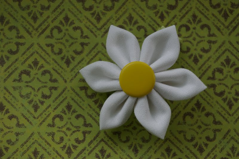 how to make a fabric daisy flower {tutorial} Little ...