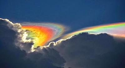 Femonena atmosfer yang dikenal dengan circumhorizon arc atau Fire Rainbow (pelangi api), akan muncul ketika matahari berada tinggi