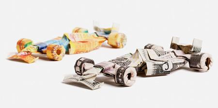 Origami dari uang kertas yang dibentuk menyerupai mobil Formula 1