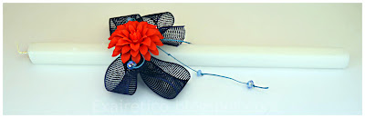 Πασχαλινή λαμπάδα με κόκκινο λουλούδι, φιόγκους από μπλε διχτυωτή κορδέλα και πετρόλ κηρόσπαγγο με μπλε και γαλάζια κρυσταλλάκια!