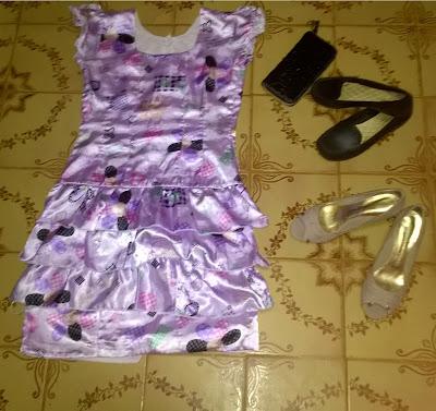 Vestido lilás Estampado e Sapatilha.
