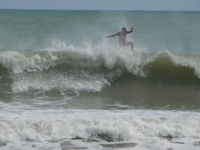 surf en Valencia. Playa del Saler con los barcos encallados
