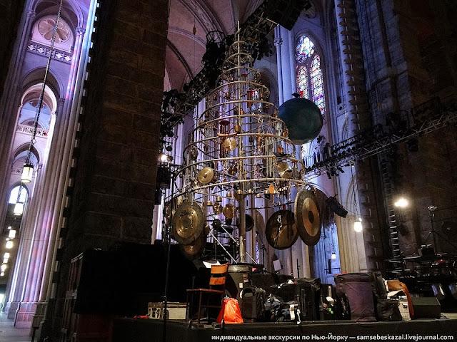 Елка с барабанами в соборе Иоанна Богослова