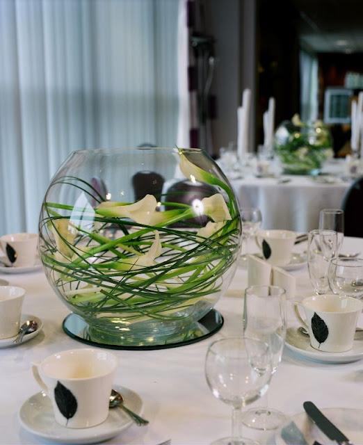 de centro de mesa para bodas de medio día es combinar una pecera con