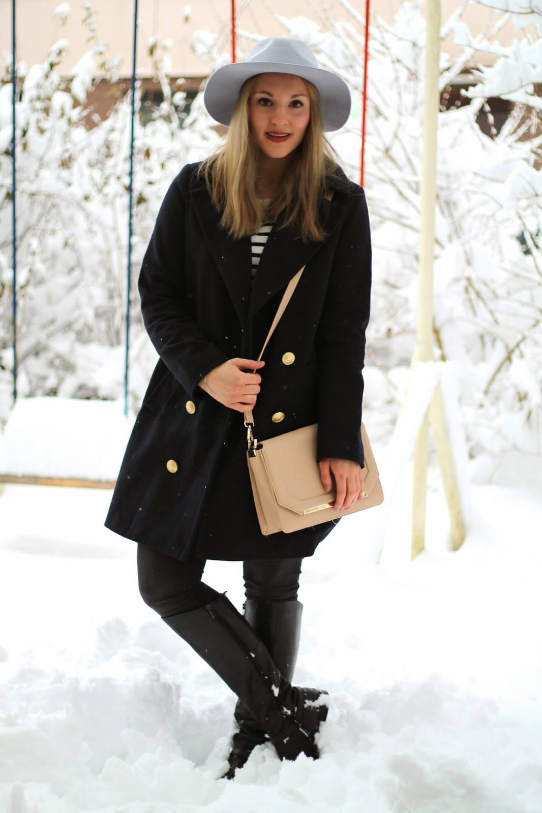 Fashionblogger Austria / Österreich / Deutsch / German / Kärnten / Carinthia / Klagenfurt / Köttmannsdorf / Winter Look / Classy / Edgy / Winter / WInter Style 2014 / Winter Look / Fashionista Look / Streetstyle Klagenfurt Vienna Wien Austria / /Winter Outfit / Maritim Marineblauer Mantel Oversize Blue Coat New Yorker / Sweater Striped Black White Schwarz weiß gestreifter Sweater Forever 21 / grauer Hut grey Hat asos / Crossbody Bag Orsay Umhängetasche Orsay beige / Grey Jeans REview Grau / Stiefel Boots Black Leather Schwarzer Leder Humanic //