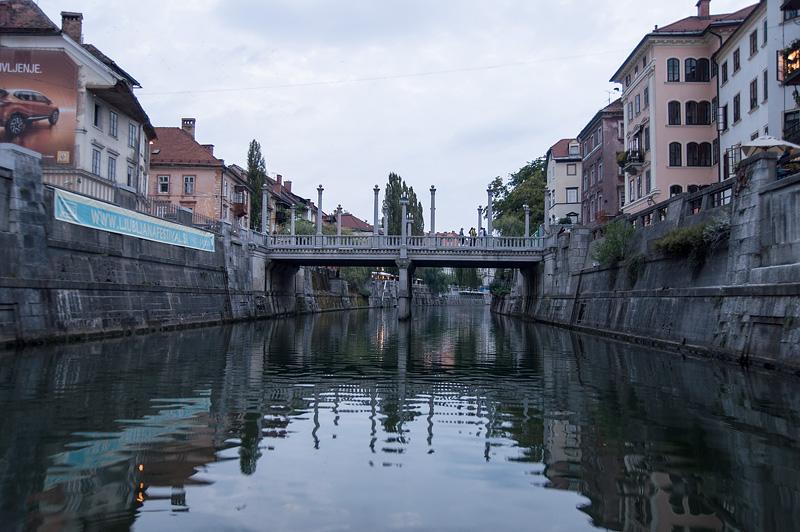 Ljubljana iz rečnega korita Šuštarski most večer full