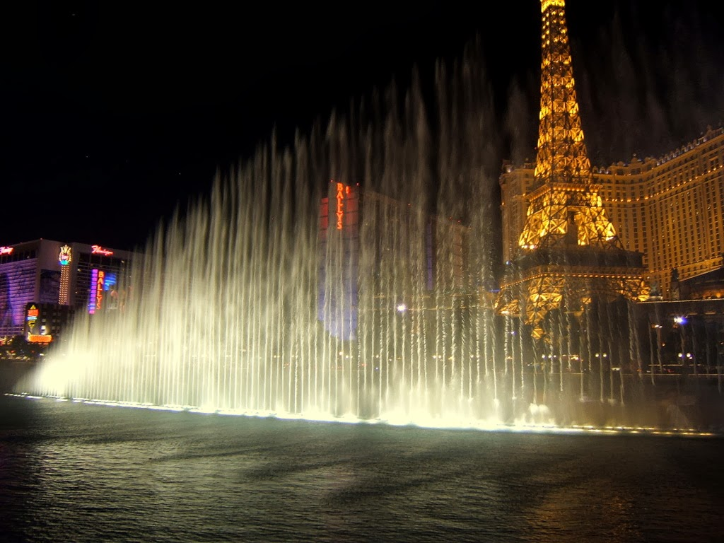 Bellagio musical and dancing fountains in las vegas for Las vegas fountain