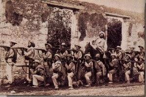 Soldados españoles posando en Santiago de Cuba
