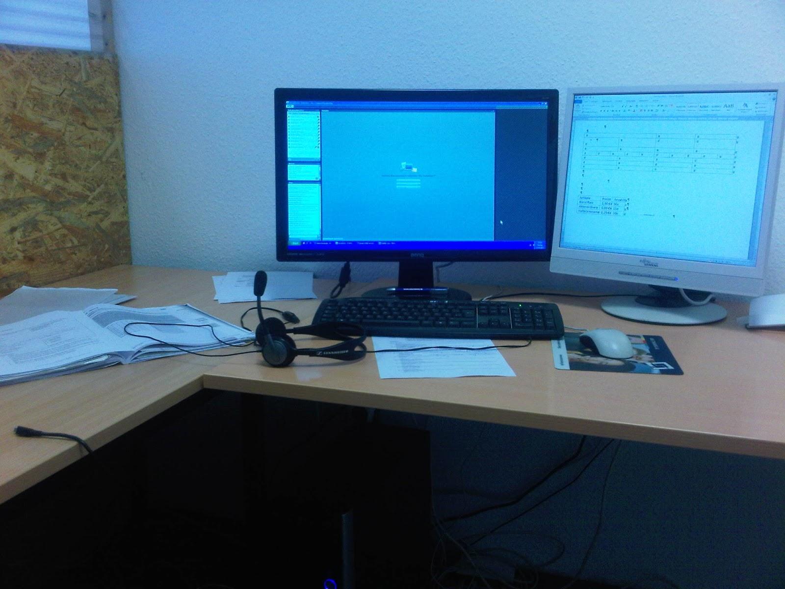 Sendeplatz Online Unterricht - Unterricht über Internet, zwei Monitore, Headset, Trennwände