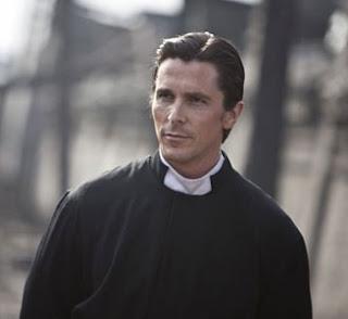 """Christian Bale em cena do filme """"Flores do Oriente"""""""