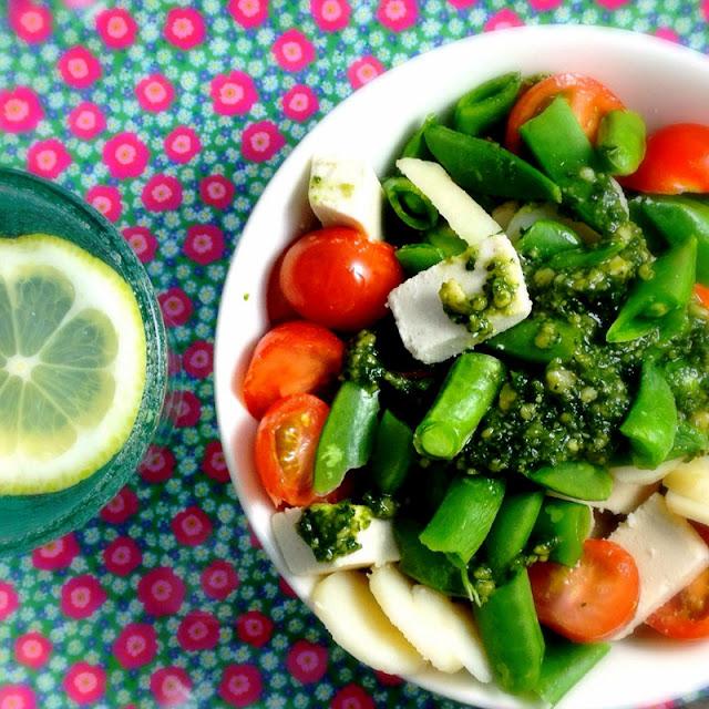 Oppskrift Enkel Rask Hjemmelaget Salat Vannkastanjer Pesto Sukkererter Tomater Vegansk Ost Cheezly