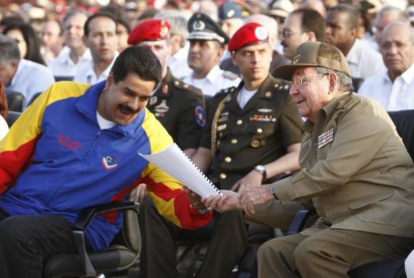 http://1.bp.blogspot.com/-zvzEwsxGpGI/UfKZgBiT9xI/AAAAAAAAFw4/Ivrj92rNfFI/s1600/Ra%25C3%25BAl+Castro+y+Maduro+en+acto+por+el+aniversario+60+del+asalto+al+cuartel+moncada.jpg