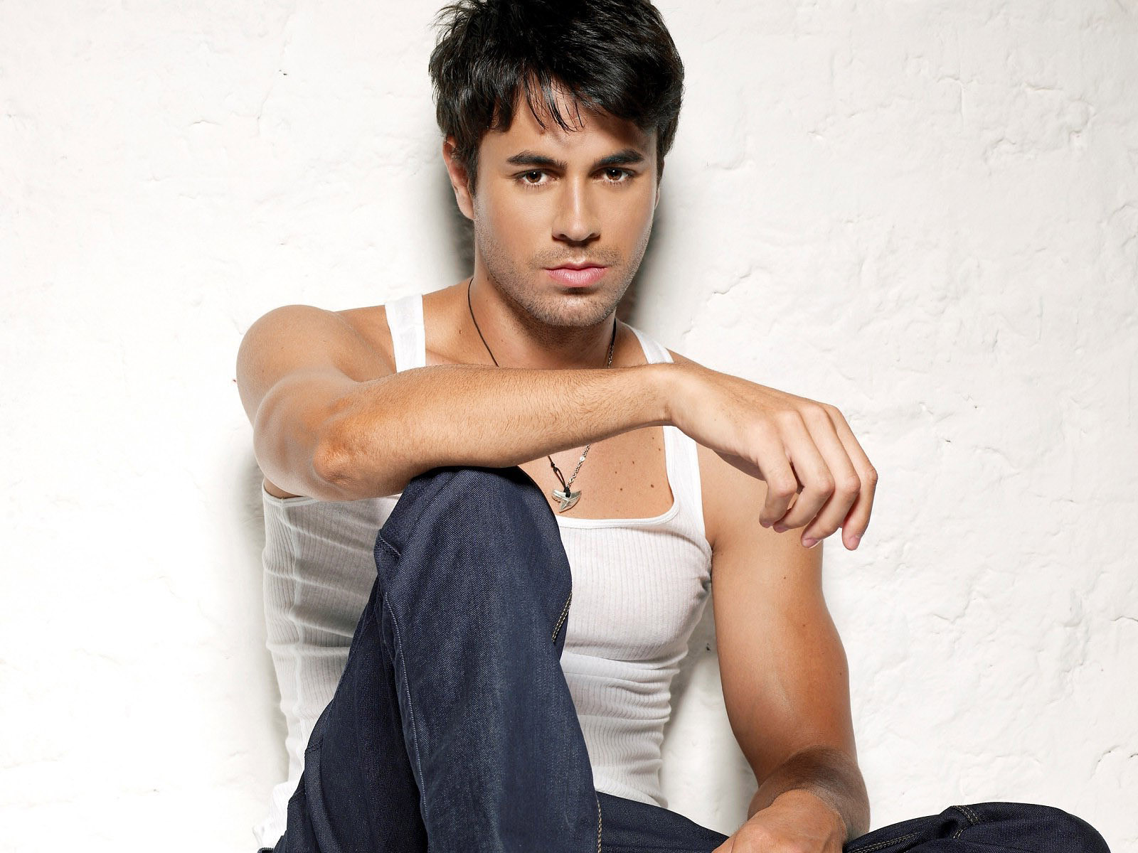 http://1.bp.blogspot.com/-zw1sMcKkQXk/TuXGjbVS7hI/AAAAAAAAAmA/FGRiylcutk0/s1600/Enrique-Iglesias-pictures-desktop-Wallpapers-HD-photo-images-1.jpg