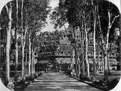 Candi Borobudur pertama kali ditemukan9