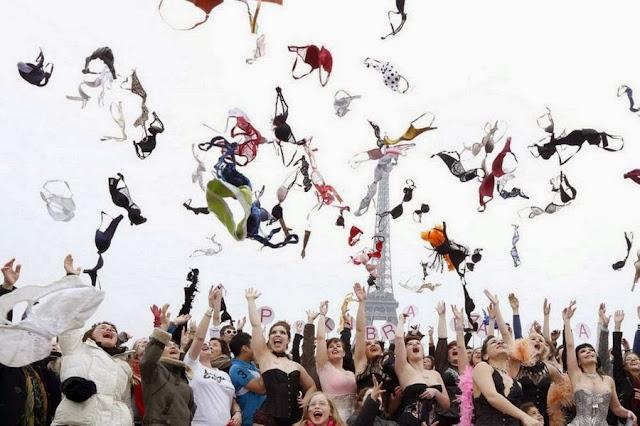 Женщины в Париже подбрасывают в воздух бюстгальтеры, чтобы привлечь внимание к проблеме рака груди