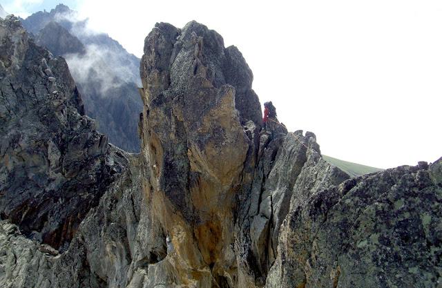 Горы Кавказа. Словно застывший  трансформер Мегатрон перед нами