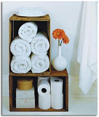 Cajones reciclados para el hogar como estantería de baño