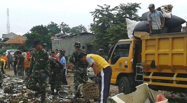Karja  Bakti Koramil 07/Curug Bersihkan Sampah