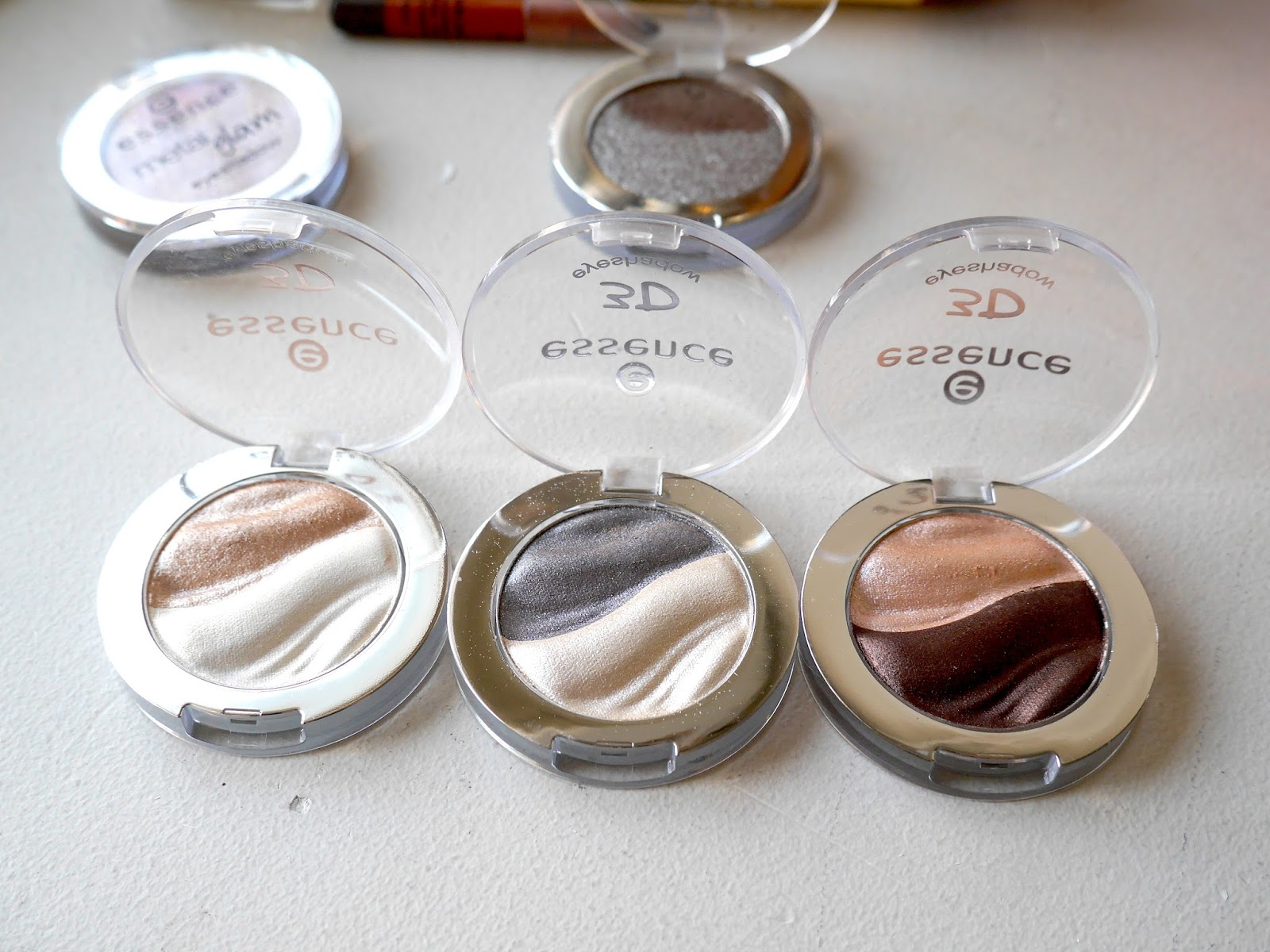 Essence 3D Shadows Irresistible Vanilla Latte, Fullmoon Flash, Choco Cupcake swatch review