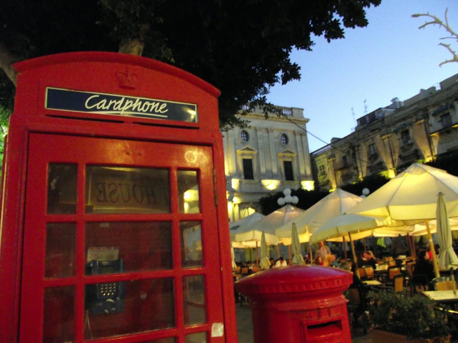Cabinas rojas de Malta, al lado de la Biblioteca