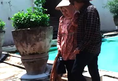 Pasca Ujian MBA, Ikang Fawzi & Marissa Haque Refreshing ke Tamansari, Yogyakarta, 2011