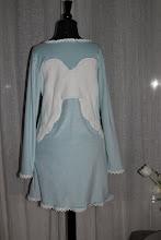 Rygg på lyseblå kjole