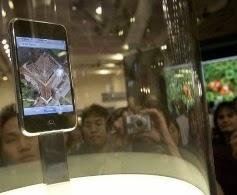 Το iPhone ξεκίνησε το 2007. Συνδύαζε τηλέφωνο, iPod και PDA και αργότερα και αργότερα ξανασχεδιάστηκε με εκδόσεις του iPhone 3G και 3GS.