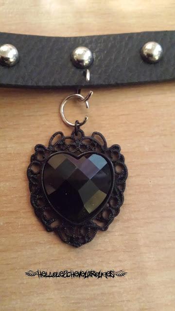 Collier ras de cou gothique positionner le pendentif coeur noir sur le premier collier www.hellolescheveuxrouges.com