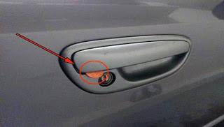 Μεγάλη προσοχή: Αν δείτε κέρμα στο χερούλι της πόρτας του αυτοκινήτου, καλέστε την αστυνομία.