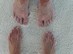 Pies sobre arena blanca