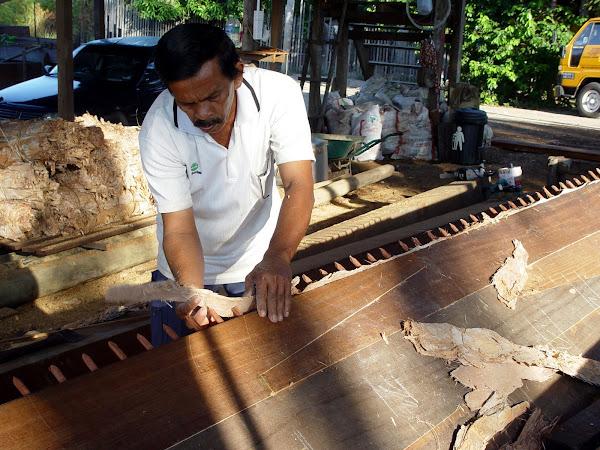 Craftsman applying the caulking bark :