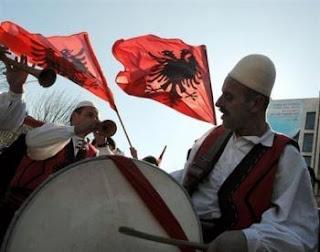 Drapeau du Kosovo, qui a proclamé son indépendance unilateralement le 17 février 2008