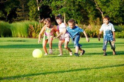niños tras la pelota