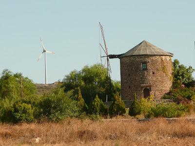 Datça' da yeldeğirmeni ve rüzgar türbini.