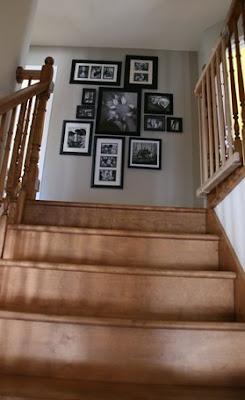 Tchoubi petites histoires cr atives un mur de cadres for Decoration descente escalier sous sol