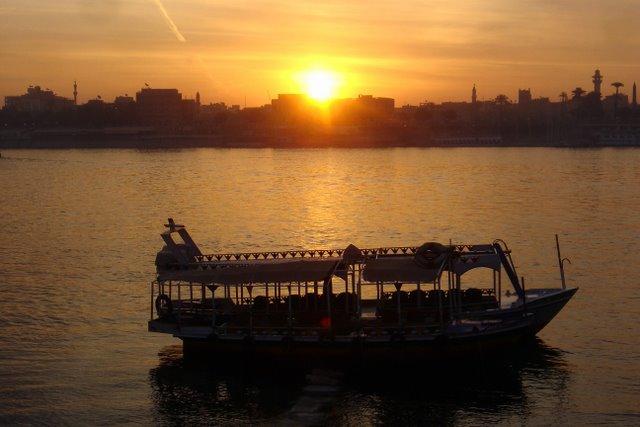Sol sobre el Nilo y una lancha.