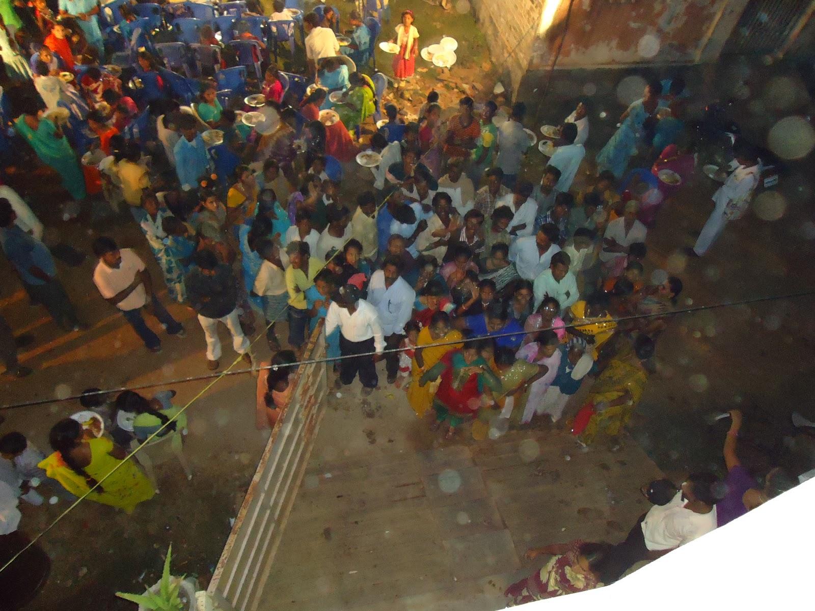 http://1.bp.blogspot.com/_-LAukva-8w4/TU7_Sqx9QrI/AAAAAAAAAI8/7UZlgz9pojk/s1600/party+crowd.JPG