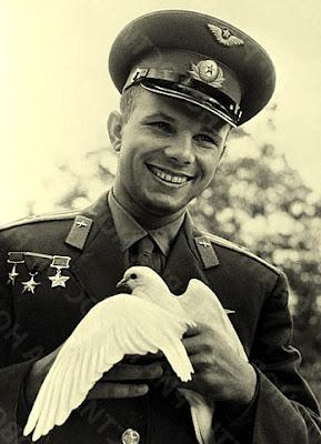юрий гагарин, голубь, фото, первый космонавт