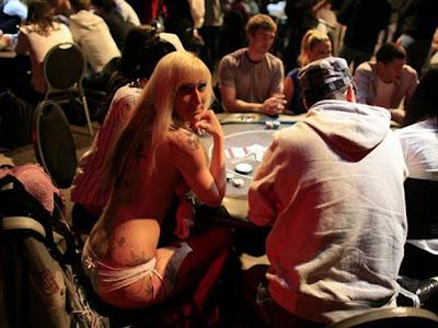 mulher sem roupa no poker